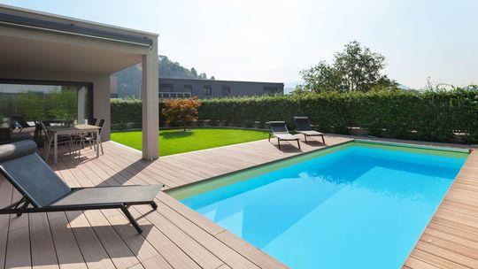 Bazén v záhrade skrášľuje i osviežuje