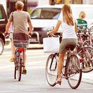 cyklisti bicykle bicyklovanie cesta auto