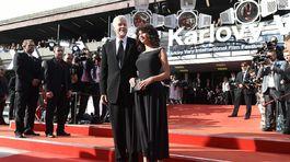 Herec Tim Robbins a jeho pôvabná partnerka.