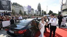Herečka Alena Mihulová (v kreácii Poner) prichádza na otvárací ceremoniál.