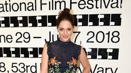 Herečka Klára Issová v šatách s florálnym motívom.