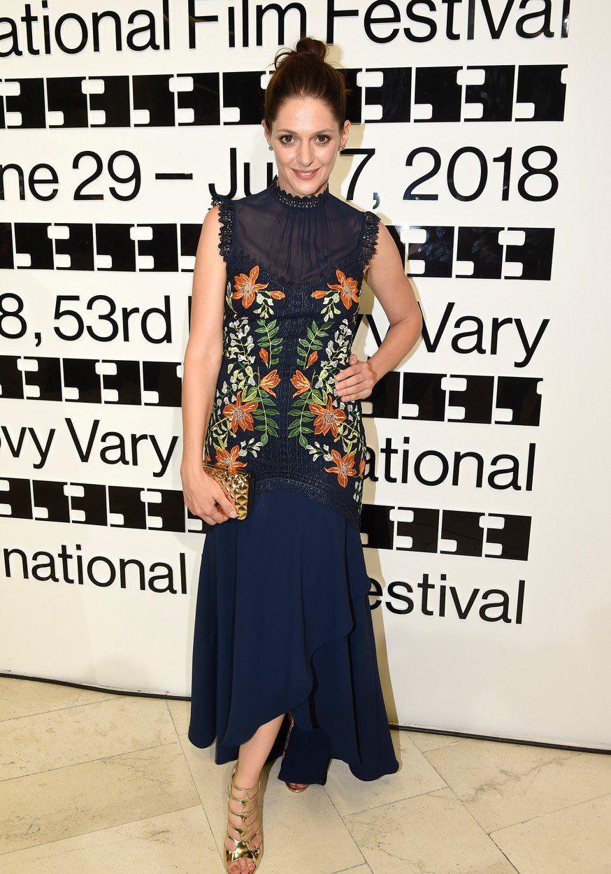 Herečka Klára Issová v šatách s florálnym...