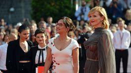 Herečky Alena Mihulová (v kreácii Poner) a Anna Geislerová (v šatách od Ivany Mentlovej).