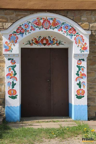 Krásny portál jednej zo skalických búd.