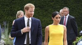 Princ Harry a jeho manželka - vojvodkyňa zo Sussexu v šatách od Brandona Maxwella.