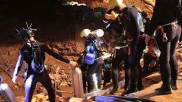thajsko, jaskyňa, futbalisti