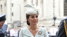 Kate, vovjodkyňa z Cambridge po boku svojho manžela -  v kreácii Alexander McQueen.