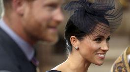 Meghan, vojvodkyňa zo Sussexu, s klobúčikom od Stephena Jonesa.