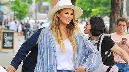Modelka a televízna osobnosť Chrissy Teigen má tiež rada obyčajné biele tričko.