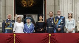 Oslavy 100. výročia kráľovského letectva si boli pozrieť - zľava: Princ Charles, Princ Andrew, vojvodkyňa Camilla z Cornwallu, britská kráľovná Alžbeta II.,  vojvodkyňa zo Sussexu Meghan, princ Harry, princ William, vojvodkyňa z Cambridge K
