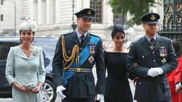 Princ William (druhý zľava) a jeho manželka - vojvodkyňa Kate (vľavo) prichádzajú s princom Harrym a jeho manželkou - vojvodkyňou Meghan.