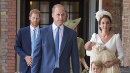 Princ William so staršími deťmi - princeznou Charlotte a princom Georgom odchádzajú z krstu najmladšieho princa Louisa. Drží ho v náručí mama Kate, vojvodkyňa z Cambridge, oblečená v kreácii Alexander McQueen.
