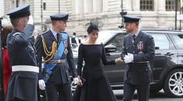 Vojvoda z Cambridgea princ William, vojvodkyňa zo Sussexu Meghan a vojvoda zo Sussexu princ Harry prichádzajú do Westminsterského opátstva v Londýne na oslavy 100. výročia vzniku Kráľovského letectva (RAF).
