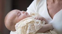 Vojvodkyňa Kate z Cambridge drží v náručí princa Louisa po krste v Londýne.