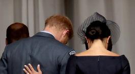 Zamilované pohľady princa Harryho a jeho manželky Meghan si nemohli fotografi nevšimnúť.