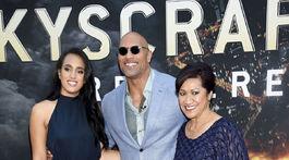 Herec Dwayne Johnson prišiel na premiéru s dcérou Simone Johnsonovou (vľavo) a mamou Atou Johnson.