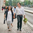 Herečka Hana Gregorová a jej partner Ondřej Koptík kráčajú ruka v ruke mestom.