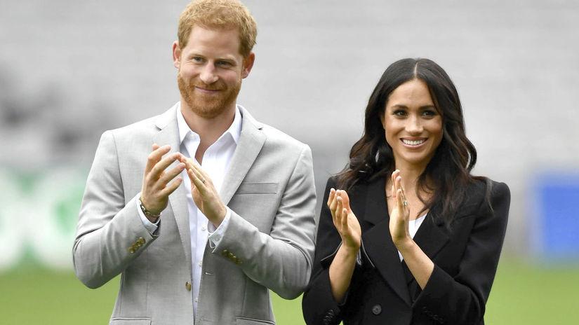 Princ Harry a jeho manželka Meghan - v čiernom...