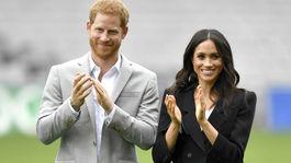 Princ Harry a jeho manželka Meghan - v čiernom nohavicovom kostýme Givenchy.