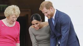 Kráľovskí manželia, vojvodkyňa Meghan a princ Harry, počas návštevy u írskeho prezidenta Michaela Higginsa obdivovali jeho dvoch psov Broda a Siodu.