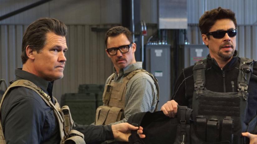 Zľava Josh Brolin, Jeffrey Donovan a Benicio...