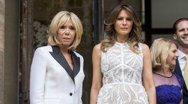 Brigitte Macron (vľavo) a prvá dáma USA Melania Trump