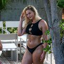 Britská modelka Iskra Lawrence  na pláži v Miami.