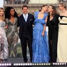 Herec Tom Cruise so svojimi hereckými kolegyňami: Zľava - Alix Benezech, Angela Bassett, Michelle Monaghan, Rebecca Ferguson a Vanessa Kirby.