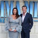 Pierce Brosnan a jeho manželka Keely Shaye Smith na filmovej premiére.