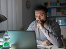 Muž sediaci za počítačom