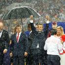 FOTO: Traja prezidenti, jeden dáždnik. Chorvátka zmokla ako myš