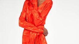 Dámske šaty Zara v žiarivej oranžovo-červenej farbe.