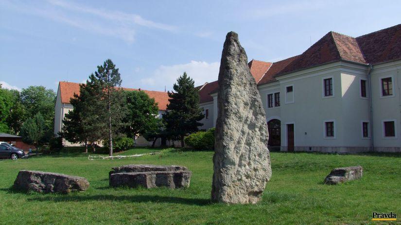 menhiry, Holíč
