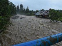 Mimoriadna situácia v Tatrách: vyliate potoky, strhnuté mosty a desiatky evakuovaných