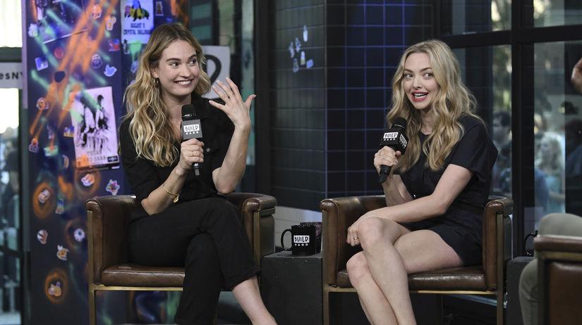 Herečky Lily James (vľavo) a Amanda Seyfried...