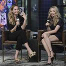 Herečky Lily James (vľavo) a Amanda Seyfried spoločne počas rozhovoru pre reláciu BUILD.