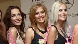 Katarína Smolková (v strede) ako finalistka súťaže Miss Universe SR 2007.