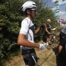 VIDEO: Sky prišiel o cyklistu. Moscon udrel súpera do tváre 800 m po štarte