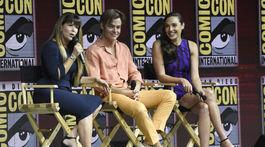 Krásna Gal Gadot na Comic-Cone  Ovácie fanúšikov a jej nádherné nohy! 767c1b6874