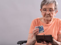 Dôchodcovia aj tento rok dostanú vianočný príspevok k dôchodku