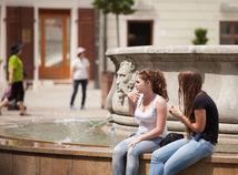 Slovensko čakajú ďalšie horúce dni, meteorológovia vydali výstrahy