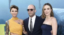Herečka Ruby Rose (vľavo), jej kolegyňa Jessica McNamee a herec Jason Statham.