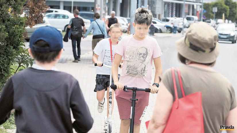 chodci, chodník, kolobežky, cyklisti,