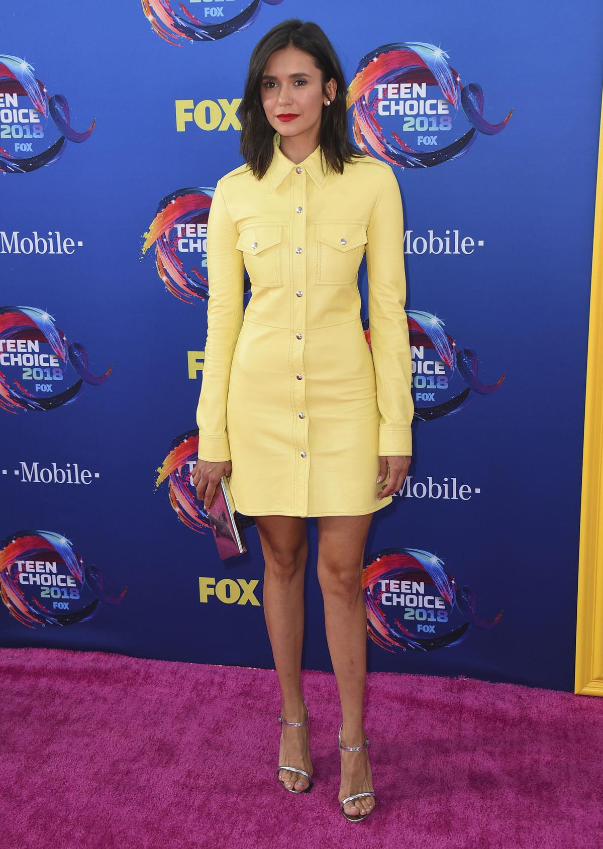 Herečka Nina Dobrev zvolila pastelové žlté šaty.