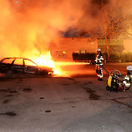 Páchatelia vo Švédsku zapaľovali autá a útočili na policajtov, premiér sa hnevá
