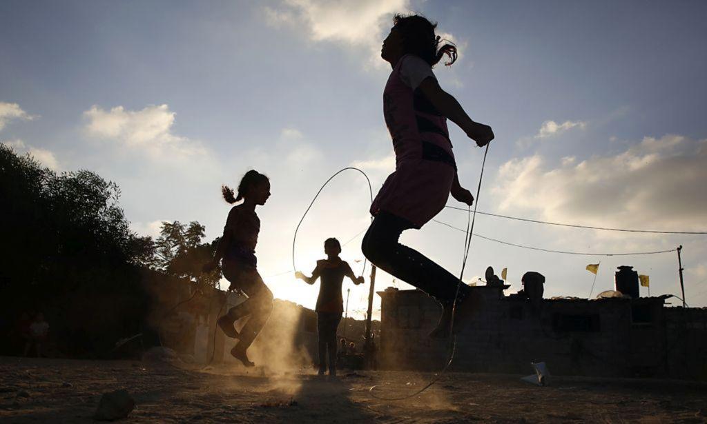 Palestína, deti, hra, skákanie