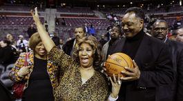 Speváčka Aretha Franklin na zábere z roku 2011 po basketbalovom zápase Detroit Pistons-Miami Heat.