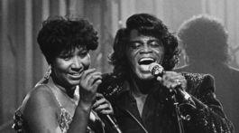 Záber z roku 1987: Speváci James Brown a Aretha Franklin počas vystúpenia na Home Box Office.