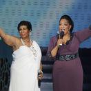Záber z roku 2011: SPeváčka Aretha Franklin (vľavo) a moderátorka Oprah Winfrey.