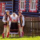 Ruzena Zachvejova s Plickovcami Zdiar - Mirom Vavakom  vlavo  a Jozefom Bachledom pred drevenicou Mateja Macka Pitonaka
